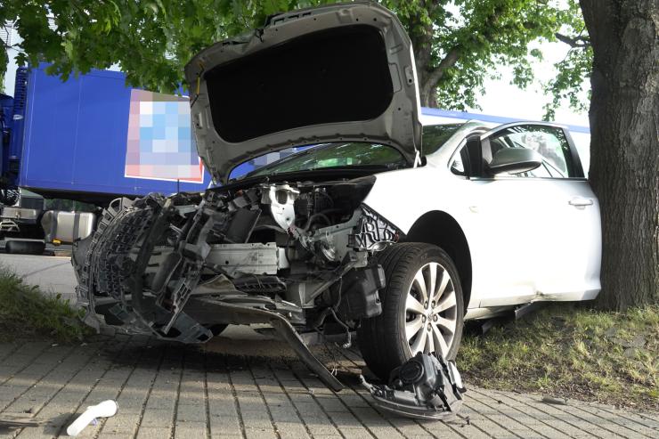 Unfall mit Laster - Opelfahrer schwer verletzt