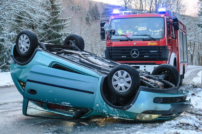 Opel landet auf dem Dach